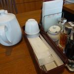 鼎泰豊 - 右手前から、酢醤油・黒酢・ラー油、左はポットに入ったウーロン茶