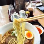 ラーメン 福栄 - 麺は細めのストレート。小麦の味かな?