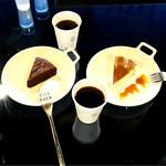 61325718 - 本日のコーヒー¥350、ガトーショコラ¥500、チーズケーキ¥500