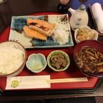 61340257 - 【2017年01月】焼魚定食(鮭ハラス)@900円、提供時。