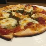 神田バル - モッツァレラチーズとバジルのピザ 900円