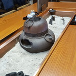 61343180 - テーブル中央には囲炉裏に茶釜が・・・