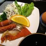食堂カフェ COCO家 - サラダにウインナーに鮭だー!オレンジもあるぞ(o^-^o)
