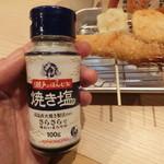八五郎 - 卓上に備わった塩。