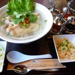 ブア・デ・タイ - 炒飯とサラダ、デザートセット