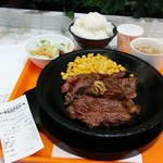 いきなりステーキ - ワイルドステーキ(1458円・税込)。前回に続いてライス大盛りでお願いしました。今日のは鉄板を熱し過ぎで表面がおこげになってしまいました。けど、美味かった。