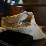 Long Bar - 南京袋の中には殻付き落花生