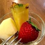 洋食ますだ - 今日のデザートは、苺とパイナップル、りんごでした(2017.1.17)