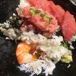 61361943 - めばちまぐろ丼(税込1620円) 食べ進めると、底にシラス イクラ 海老が!