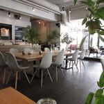 ザルーフトップカフェ - 内観:相席テーブル