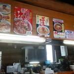 らーめんランド - カウンター上に色んなラーメンのポスターが…ばかうまラーメンがおすすめ?