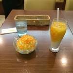インドカレーレストラン マサラ - サラダ&マンゴーラッシー。