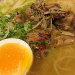 金菜亭 - チャーシューならぬ炭火焼の鶏肉のスモーキーなテイストもスープの演出に一役買ってます。