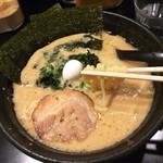 はるたん - はるたんらーめん(700円)♪ 青菜にチャーシュー、うずらの卵、海苔が乗ってる。 さらっとしたスープだけど見た目より脂多めかな。麺は太めでスープがよく絡む☆彡
