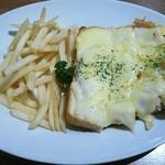 61370855 - 白いピザトースト(ハムとホワイトソース)