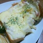 61370857 - 白いピザトースト(ハムとホワイトソース)