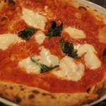 青いナポリ イン・ザ・パーク - さて、肝心のピッツアだけど、生地がとっても美味しいよ! 外側がカリッと焼かれてて、それでいて中がもっちり。 トマトソースとモッツァレラチーズ、バジルもたっぷり~