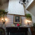 林風舎 - 暖炉の上には賢二の肖像画が掛かっています