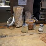 熊本玉名ラーメン - しばし、調味料を見ながらラーメンが出来上がるのを待ちます。