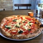 PIZZERIA FAMIGLIA - 1枚390円で提供される「マルゲリータピザ」ドリンクを同時注文することが条件になります(2017.1.18)