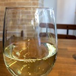 PIZZERIA FAMIGLIA - 注文したドリンクは、カリフォルニアワインの白のグラス、フルーティーで癖のないワインです(2017.1.18)