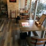 PIZZERIA FAMIGLIA - こちらは以前、窯に面したカウンター席だったのですが、2人用のテーブル席に改装されています(2017.1.18)
