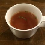ラムチョップ&スパイス スパイスモンスター - ランチについてくるトマトベースのスープ