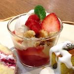 Afternoon Tea TEAROOM - 苺のクッキークランブルパフェ@バニラアイスにバタークッキーがゴロゴロ