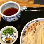 石川うどん - 薬味はタマゴと生姜、ネギ 出汁がめちゃくちゃ旨いぃぃ