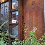8 1/2 - レストランのドアに小さく8 2/1と書いてあります。