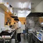 麺家獅子丸 - 厨房の様子。