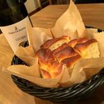 イタリアン アンド ワイン チャコール - 自家製フォカッチャ