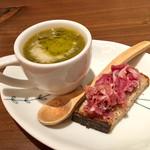 イタリアン アンド ワイン チャコール - 野菜と豆のスープ・自家製酵母パンと生ハムのマリネ
