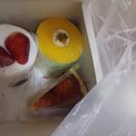 おかしの絵本 - イチゴ・マンダリン・シブースト。サービスのメレンゲ砂糖