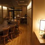 炭火ステーキ坂井 京都三条 - 和モダンで落ち着いた雰囲気の店内