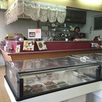吉星餃子 - テーブル席から店内をパシャ 平日の12時です