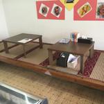 吉星餃子 - 小上がりの テーブルが有った