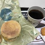 61416893 - ソーセージエッグマフィンと無料のホットコーヒー