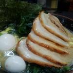 すずき家 - 料理写真:すずき家さんの、チャーシューメン、ワカメ、半熟味玉をトッピング。
