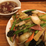 横浜飯店 - 五目焼きそば、麺はカタヤキ。具は野菜あんがたっぷり。