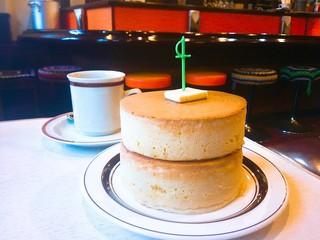 喫茶ちゃっぷ - 厚焼きホットケーキは2枚なら税込700円。ブレンドコーヒーは400円。