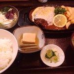 味の六酔 - 地鶏に煮込みハンバーグランチ(1000円)