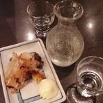 こだわりやま - 2杯目の日本酒は、くどき上手「不愛想」2000円をエイヒレで。