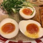 61429029 - 東京豚骨ラーメン 680円+味玉 100円+穂先メンマ 150円+大盛り(二玉=無料)。2種類のメンマと標準の半玉子も入り豪華。