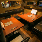 WINE&TAPAS DDSK - 2~8名様のテーブル席。