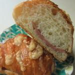 ワンミリオンベーカリー - クロワッサン生地の中にハムを挟み香ばしいチーズをコーテングして焼き上げたパンです。