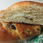 ワンミリオンベーカリー - レーズン生地にクリームチーズをロールして焼き上げたパンです。