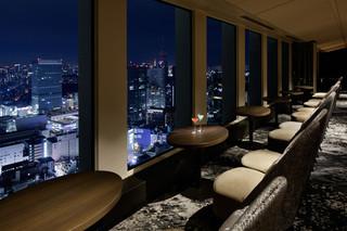 スカイラウンジ オーロラ - 窓外には東京の夜景が広がります。