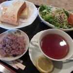 秋桜 - 料理写真:トースト(サラダ付き)&レモンティー
