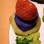61439958 - えぞ鹿肉ステーキ(ガーリックソース)の薩摩芋、紅芋、苺